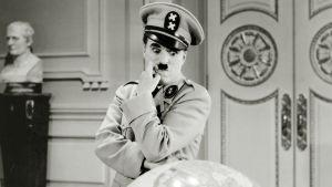 Charles Chaplin elokuvassa Diktaattori. Yksi Elämää suuremmat elokuvat -radiosarjassa käsitellyistä elokuvista.