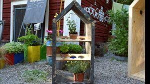 Ett litet trädgårdshus i metall.