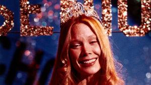 Sissy Spacek hymyilee prom queen -varusteissa kauhuelokuvassa Carrie.