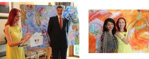 Riitta Nelimarkan kunniamerkkitilaisuus Ranskan lähetystössä Helsingissä v. 2016. Ranskan suurlähettiläs Serge Mostura ja kulttuurineuvos Jeannette Bougrab iloitsevat yhdessä taiteilijan kanssa.