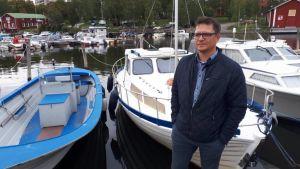 Antti Stig har rört sig med båt i Kvarken under de senaste 40 åren och är orolig över mängden blågrönalger.