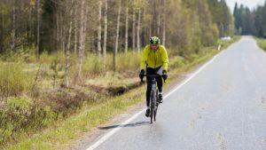 Synskadade jordbrukaren Heikki Mäkelä ska cykla till Ishavet.
