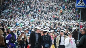 Folkmassa i Åbo på första maj