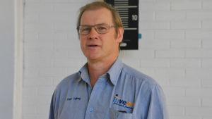 En man i blå kragskjorta står framför en vit vägg. På kragskjortan står det Inveon och Peter Tallberg.