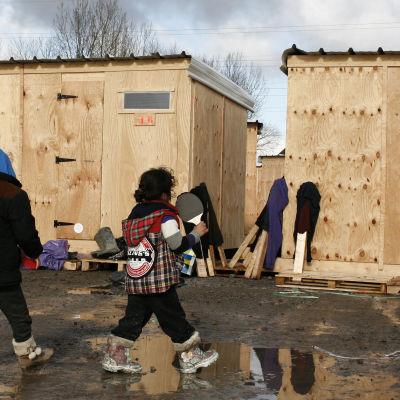 Barn i flyktingläger nära Calais i norra Frankrike
