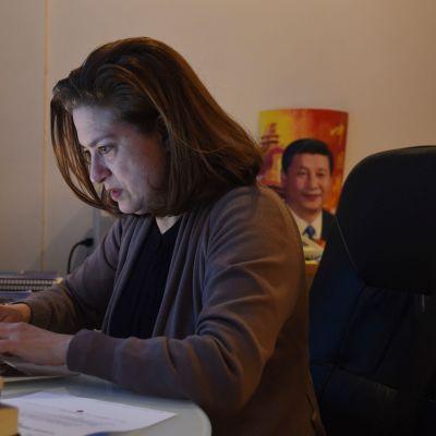 L`Obs-lehden toimittaja Ursula Gauthier työpöytänsä ääressä PEkingissä 26. joulukuuta.