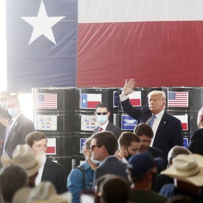 Presidentti Donald Trump vierailulla texasilaisella öljynjalostamolla.