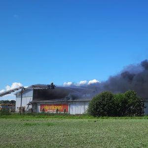 En brand i varuhuset Hurrikaani i Kimitoön den 15 juni 2021.