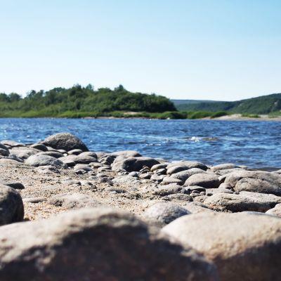 Helteisen kuuma kivikkoinen Tenojoen ranta.
