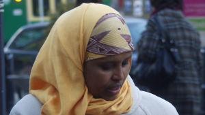 Zahra Abdulla vid De grönas valstuga  vid Tre smeder i Helsingfors 2011.
