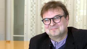 Porträttbild på Henrik Grönroos, rektor för Västra Nylands folkhögskola.