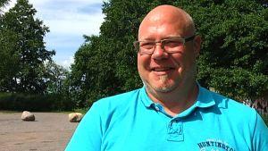 Petri Eriksson sorterade sopor i Lojo.