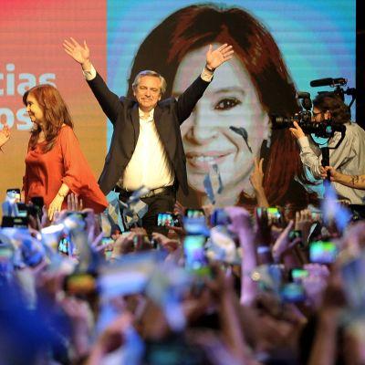 Alberto Fernández höll sitt tacktal i Buenos Aires. Också på plats - och dessutom på ett stort foto i bakgrunden - fanns hans vicepresident, expresidenten Cristina Fernandez de Kirchner.