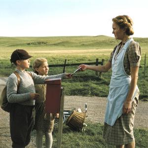 Äideistä parhain. Eero (Topi Majaniemi) on odottanut pitkään kirjettä Suomesta. Oikealla Ruotsin äiti Signe (Maria Lundqvist).