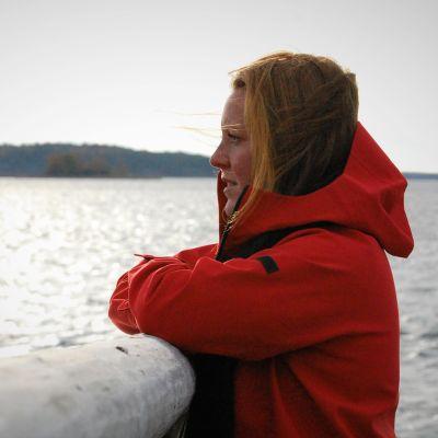 Anna Westerlund tittar mot havet.