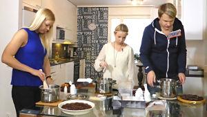 Raakasuklaan valmistuspakettien testaajat tekemässä suklaita keittiössä