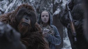 Maurice (Karin Konoval) och Nova (Amiah Miller) står i en snöig skog och ser bekymrade ut.