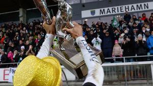 IFK Mariehamn-publiken firar mästerskap.