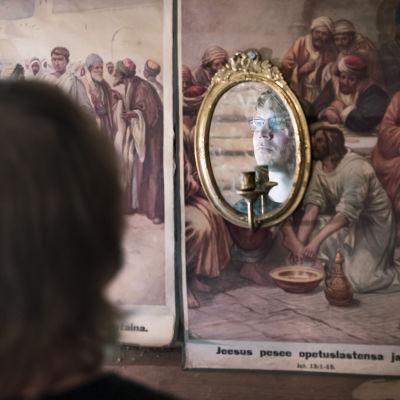 Lauri Ainalan kasvot näkyvät peilistä.