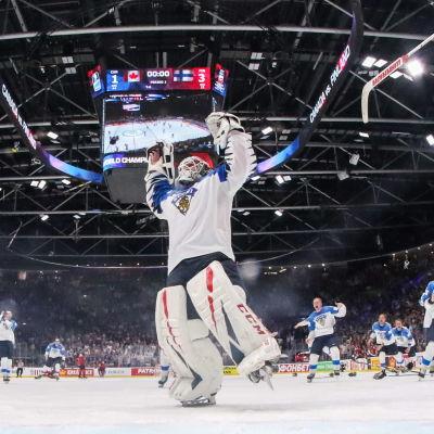 Slutsignalen har gått, Finland är världsmästare och målvakten Kevin Lankinen jublar.