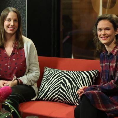 Linda Grönqvist och läkaren Frida Gyllenberg sitter i soffan i Efter Nios studio.