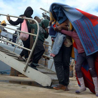 Migranter anländer till en militärbas i Tripoli 16.12.2017 efter att ha räddats till havs av kustbevakningen.