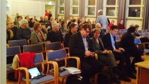 Publik och tjänstemän bänkar sig på invånarkvällen, också kallad diskussionstilfälle, som Raseborg ordnade.
