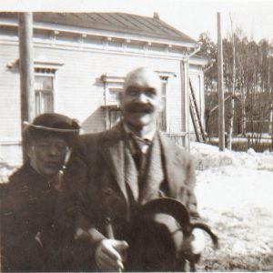 Akseli och Mary Gallen-Kallela  vid järnvägsstationen i Borgå 1922