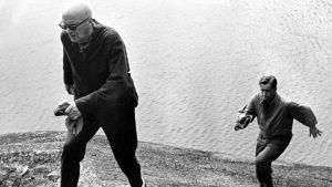 Urho Kekkonen kävelee kalliolla