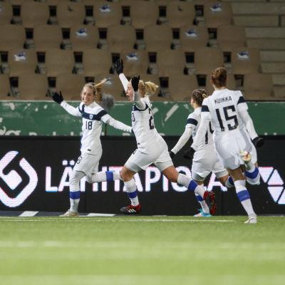 Linda Sällström upottaa pallon Portugalin verkkoon EM-karsintaottelussa helmikuussa 2021.