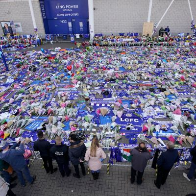 Kukkia ja suruviestejä Leicester Cityn kotistadionin edustalla.