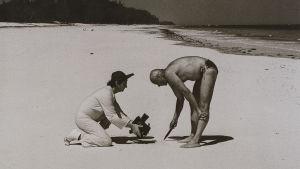 Joseph Beuys tecknar i sanden
