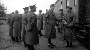Suomen armeijan ylintä johtoa Leppäsyrjän rautatieasemalla tarkastusmatkalla Aunukseen ja Syvärille. Asemalla mm ylipäällikkö, marsalkka Carl Gustaf Emil Mannerheim, kenraaliluutnantti Karl Rudolf Walden (puolustusministeri), tykistönkenraali Vilho Petter