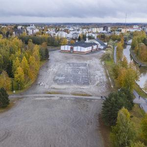 Tyhjä tontti Kokkolan urheilutalon ja uimahallin läheisyydessä.