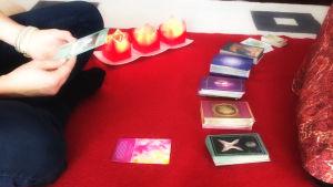 Enkelikanavoija on asetellut lattialle erilaisia enkelikortteja