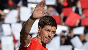 Steven Gerrard vinkar åt hemmafansen på Anfield.