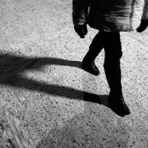 Kvinna går utomhus.