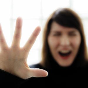 Nainen huutaa ikkunan takana.