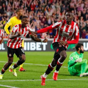 Yoane Wissa firar sitt mål mot Liverpool.