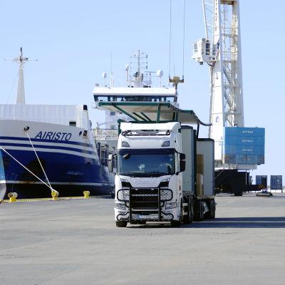 Laivaa lastataan Kemin Ajoksen satamassa