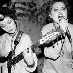 The Go-Go's -yhtyeen Belinda Carlisle ja Jane Wiedlin joskus 1980-luvun alussa lavalla. Arkistokuva samannimisestä dokumenttielokuvasta.
