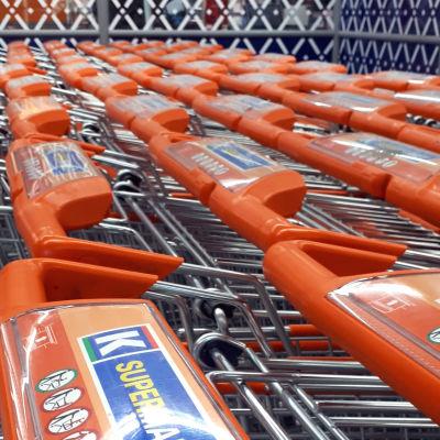 Ostoskärryjä kaupassa.