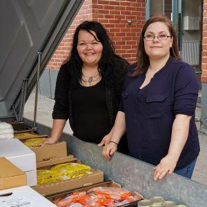Riitta Virtanen (vas.) ja Heidi Alatalo auttavat vaikeassa tilanteessa olevia ihmisiä Rovaniemellä