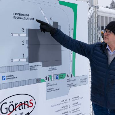 Toimitusjohtaja Gustav Granhol esittelee tehdasaluetta