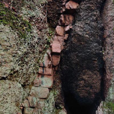 Kuva rapakivi-graniitista, jonka keskeltä kulkee rapakivigraniittinen juoni.