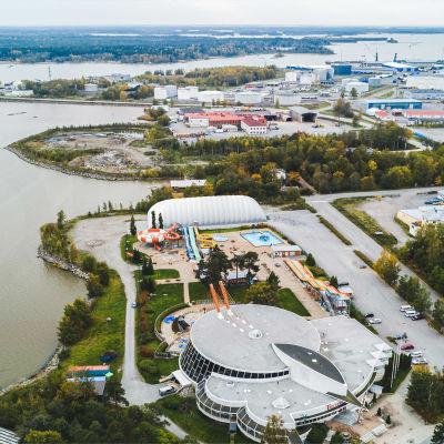 Vaasa Sportparks vision om hur Tropiclandiaområdet kommer att se ut med den nya övertryckshallen för padel, badminton och tennis.