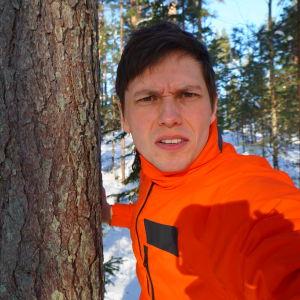 Johan Gullmets i skogen.