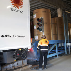 Stora Enson paperia puretaan rekasta Kemin Ajoksen sataman välivarastoon