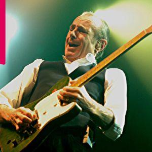 Francis Rossi spelar elgitarr.