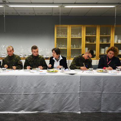 Raati maistelee puolustusvoimien kokkauskilpailuun osallistuneita ruokia.